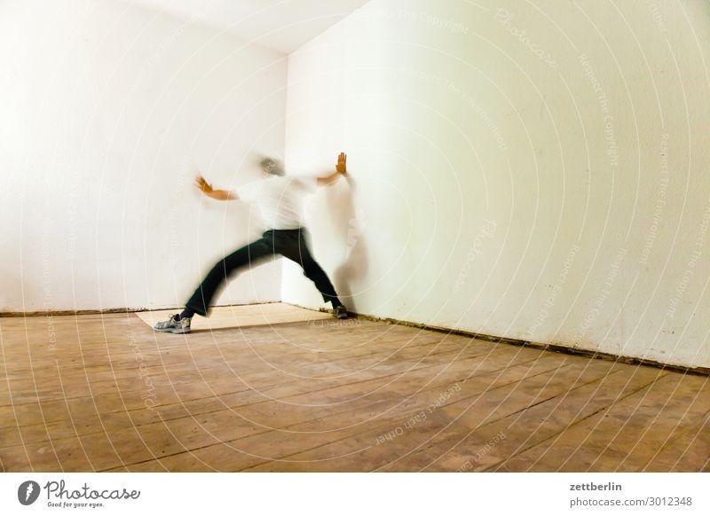 Phantom Altbau Altbauwohnung Bewegungsunschärfe Flur Holzfußboden Bodenbelag Mann Mauer Mensch Raum Innenarchitektur Textfreiraum Theaterschauspiel Unschärfe