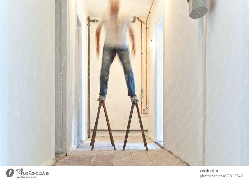 Stehen Altbau Altbauwohnung Bewegungsunschärfe Flur Holzfußboden Bodenbelag Mann Mauer Mensch Raum Innenarchitektur Textfreiraum Theaterschauspiel Unschärfe