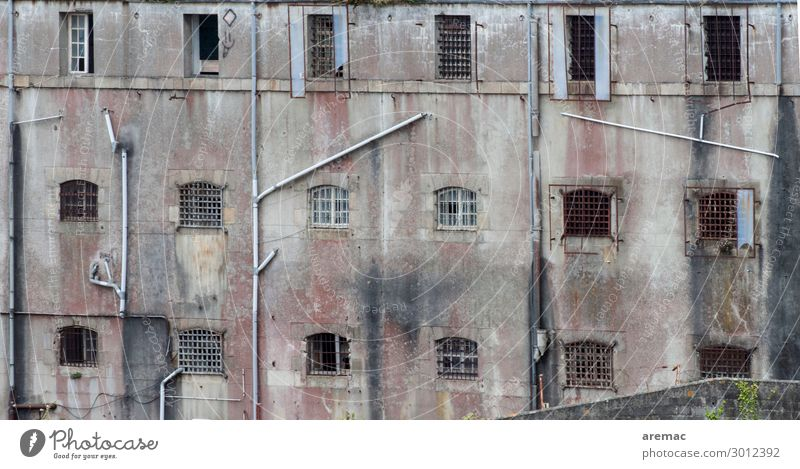 Fassade eines Gefängnis Brest Bretagne Frankreich Europa Stadt Haus Ruine Justizvollzugsanstalt Fenster Gewalt Gesellschaft (Soziologie) Farbfoto