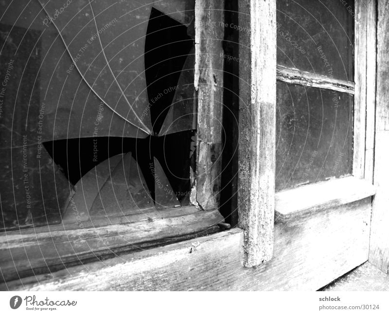 das Fenster im Hof alt Glas dreckig kaputt verfaulen verfallen Glassplitter