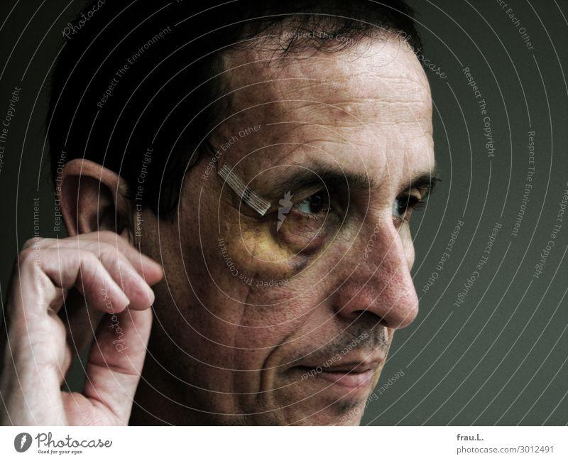 Fausthieb Mensch maskulin Mann Erwachsene Gesicht Auge 1 45-60 Jahre beobachten Traurigkeit bedrohlich hässlich Krankheit Schmerz Wut Aggression Gewalt