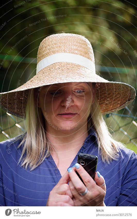 Mit Schirm, Charme, Melone und Handy Frau Mensch Ferien & Urlaub & Reisen Natur Erwachsene Leben feminin Tourismus Arbeit & Erwerbstätigkeit Büro Ausflug