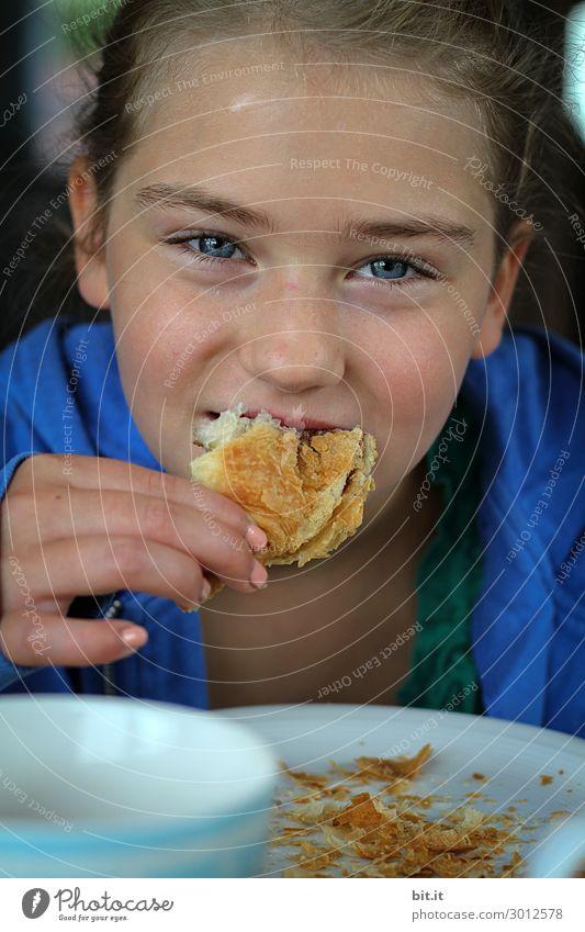 Mädchen beisst im Urlaub genussvoll, in ein Croissant. Lebensmittel Teigwaren Backwaren Frühstück Fastfood Ferien & Urlaub & Reisen Tourismus Sommer