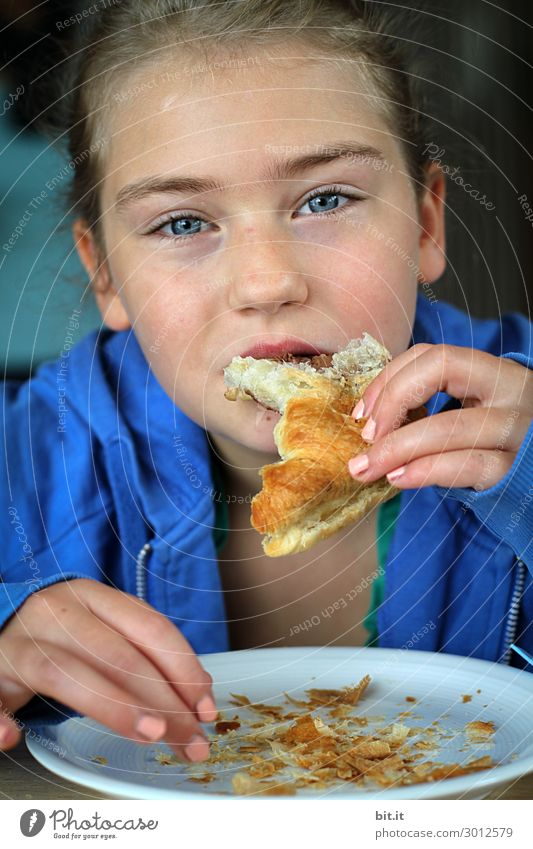Genießen mit Fingerspitzengefühl... Mensch feminin Kind Mädchen Essen genießen Croissant Hand Farbfoto Innenaufnahme Studioaufnahme Nahaufnahme