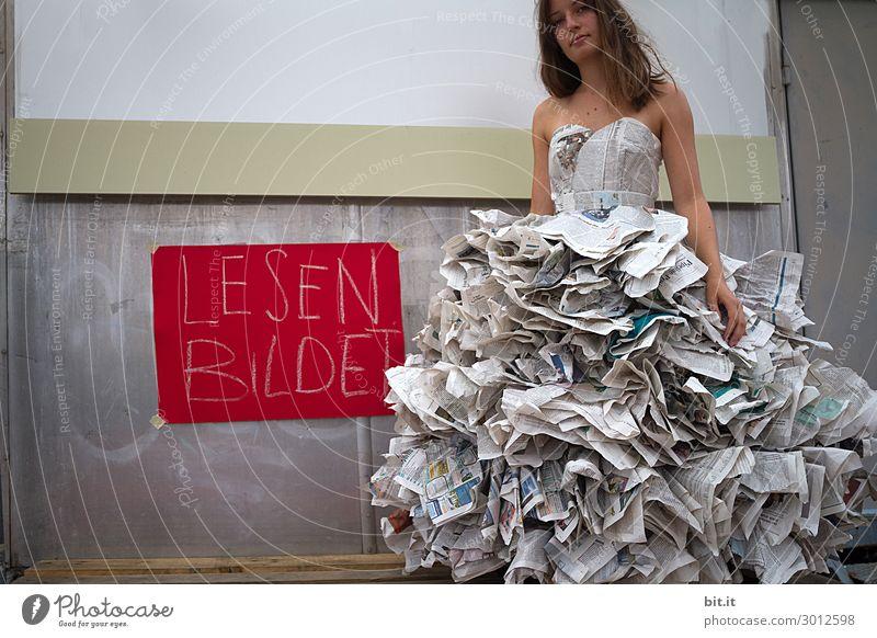 Junge Frau mit Kleid aus Zeitungen, fordert zum Lesen auf. feminin Jugendliche Erwachsene Kunst Kunstwerk Theater Bühne Jugendkultur Medien Printmedien