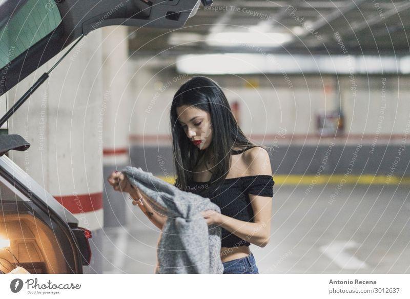 Frau beim Umziehen auf dem Parkplatz Lifestyle Prüfung & Examen Mensch Erwachsene Mode Bekleidung Liebe dunkel Erotik Zusammensein Liebespaar parken Dressing