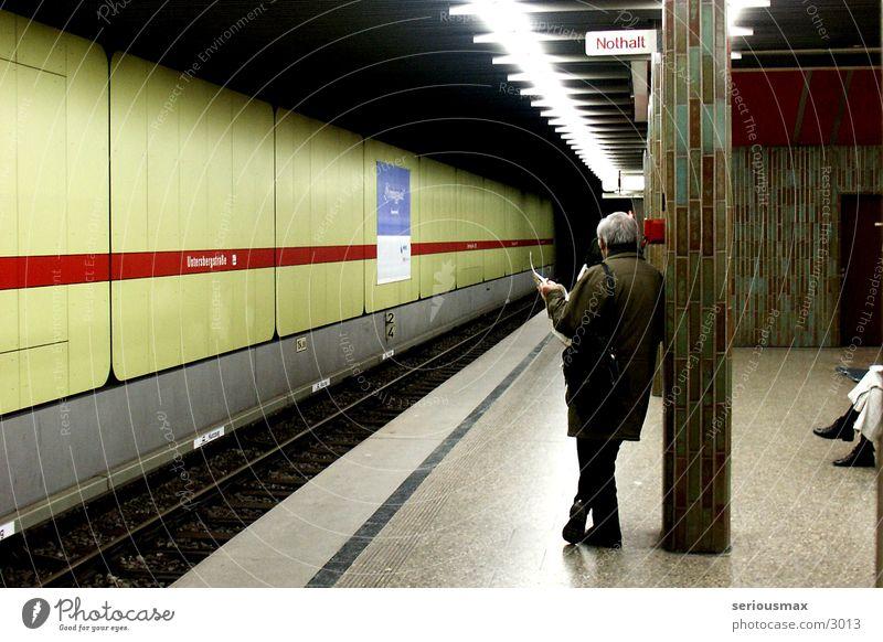 Nothalt U-Bahn Mann Zeitung grün München Mensch