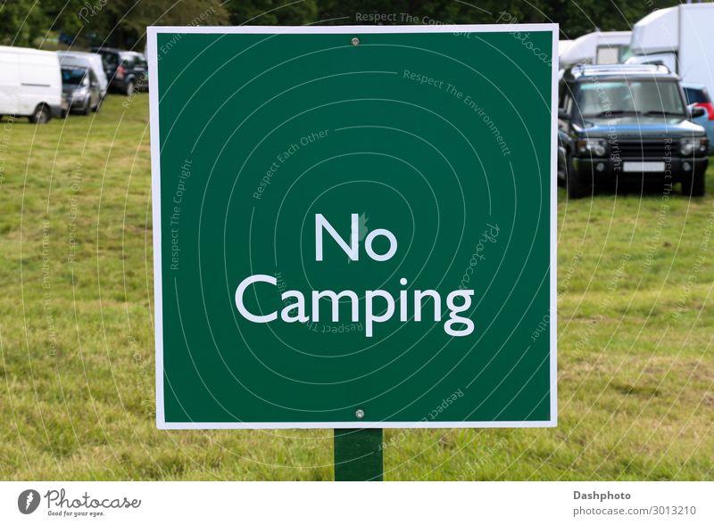 Kein Camping-Schild auf einer Ländermesse Ferien & Urlaub & Reisen Landschaft Baum Gras Blatt Feld Fahrzeug PKW Holz Hinweisschild Warnschild grün weiß Zeichen