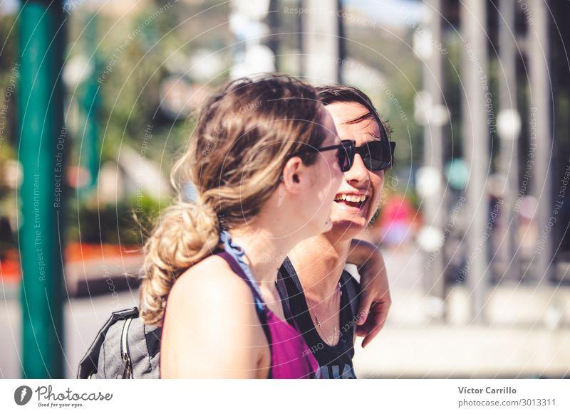 Zwei glückliche und urbane lesbische Freundinnen. Lifestyle Mensch feminin Junge Frau Jugendliche Erwachsene Paar Partner 2 18-30 Jahre 30-45 Jahre Lächeln