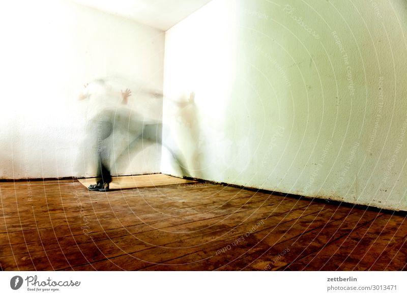 Zitteranfall Altbau Altbauwohnung Bewegungsunschärfe Flur Holzfußboden Bodenbelag Mann Mauer Mensch Raum Innenarchitektur Textfreiraum Theaterschauspiel