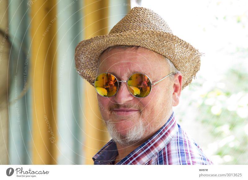 Bearded man in straw hat and mirrored sunglasses Mensch Männlicher Senior Mann Großvater Kopf 1 45-60 Jahre Erwachsene Hut Bart alt Freundlichkeit Fröhlichkeit