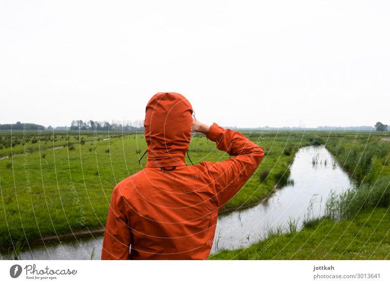 Blick in die Ferne Mensch 1 Umwelt Natur Landschaft Wasser Horizont Wiese Bach beobachten stehen warten Neugier orange Vorfreude Optimismus Erfolg achtsam
