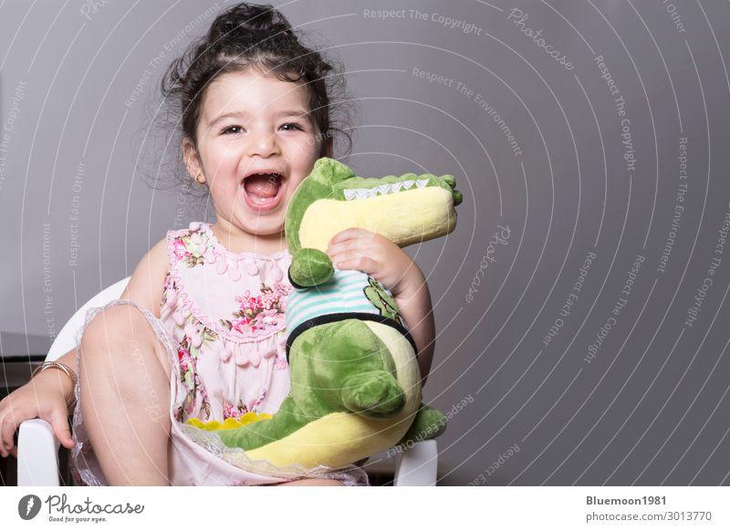 Kind Mensch Farbe schön grün Hand Tier Einsamkeit Freude Mädchen Gesundheit Lifestyle Leben Wand Liebe lustig