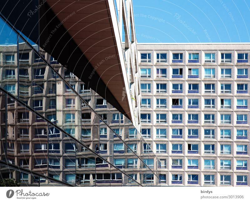 Urbane Architekturimpression Wolkenloser Himmel Schönes Wetter Berlin Hauptstadt Menschenleer Hochhaus Bürogebäude Wohnhochhaus Fassade Fenster Linie