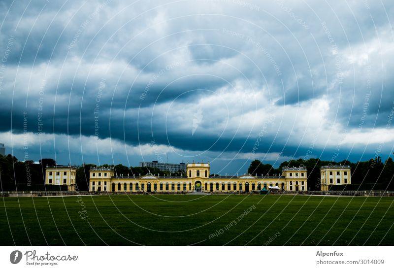 Heiter bis Wolkig Kassel Stadt Menschenleer Palast Burg oder Schloss Park Sehenswürdigkeit Wahrzeichen Denkmal Schutz Geborgenheit Angst Einsamkeit