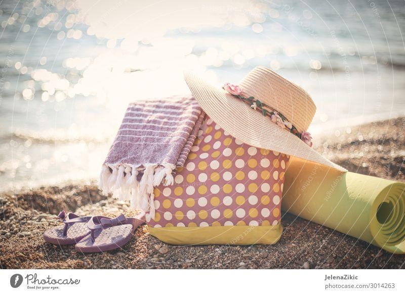 Sommerfoto von Strandzubehör am Strand Lifestyle exotisch Erholung Freizeit & Hobby Ferien & Urlaub & Reisen Tourismus Sommerurlaub Sonne Sonnenbad Meer feminin