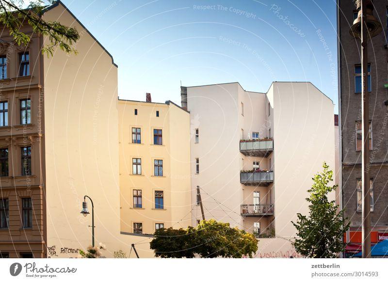Berlin-Schöneberg Himmel Himmel (Jenseits) Stadt Haus Wolken Fenster Wand Textfreiraum Mauer Fassade Häusliches Leben Wetter Wohnhaus Wolkenloser Himmel