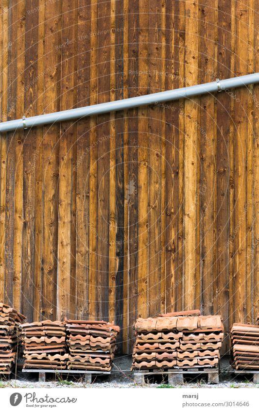 Gut gelagert Hütte Mauer Wand Dachrinne Holzwand einfach braun Ordnungsliebe einzigartig Paletten Dachziegel Fallrohr diagonal Neigung Stapel alt Anhäufung