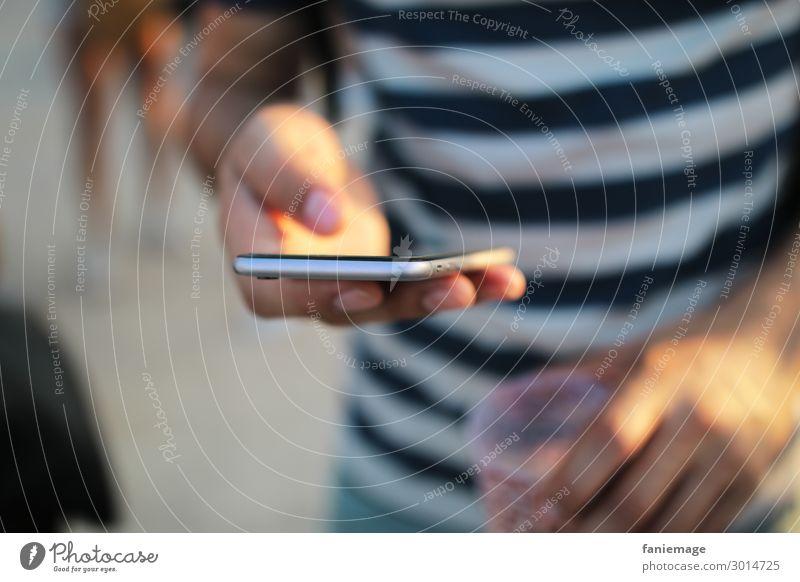 addict Handy Smartphone addiction süchtig Sucht handysüchtig Junger Mann Festival informieren Medien Nachrichten Benachrichtigung erreichbar Erreichbarkeit