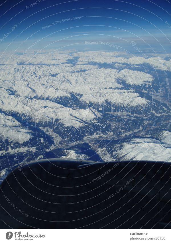 kleine welt III Flugzeug Fenster Triebwerke Luftverkehr Alpen Himmel Berge u. Gebirge Schnee