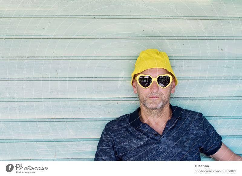 mann Mann Mensch Porträt Gesicht Hut Sonnenbrille Sommer Ferien & Urlaub & Reisen Erholung Tourist Freude Photo-Shooting Hintergrund neutral Holzwand Streifen