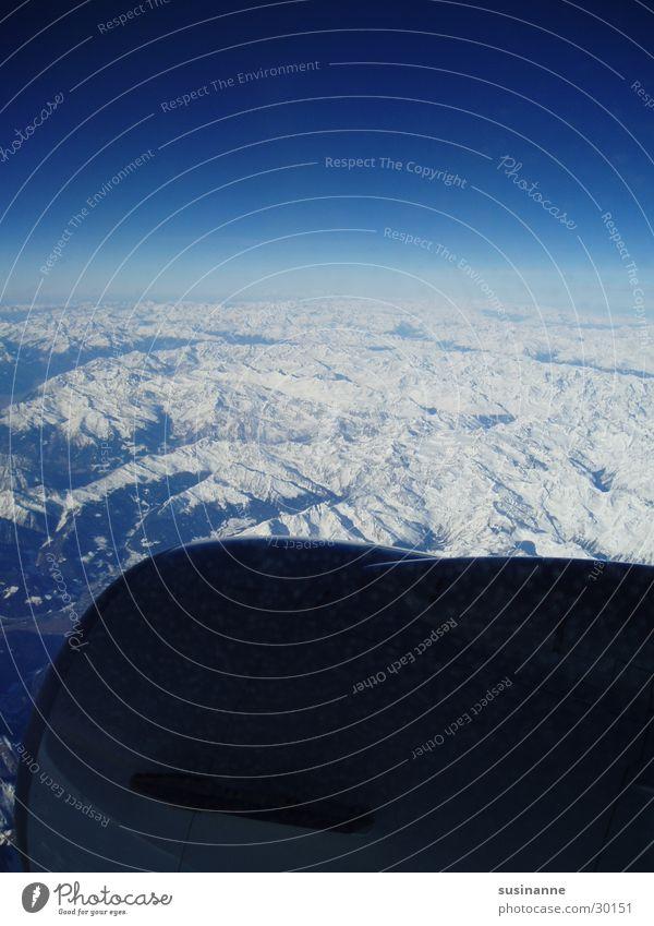 kleine welt II Fenster Aussicht Flugzeug Luftverkehr Alpen Berge u. Gebirge Schnee Himmel