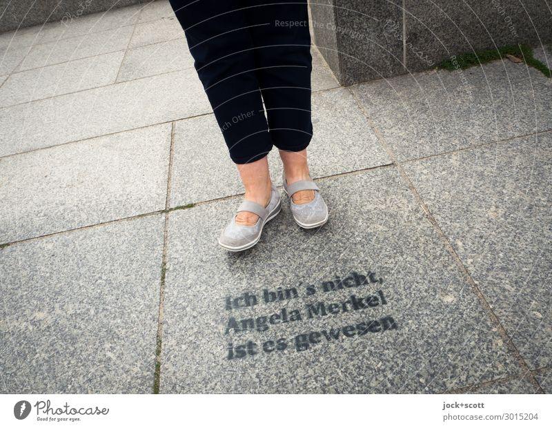 Du warst es? Mensch alt Freude Beine Religion & Glaube Senior feminin Gefühle Stein grau Linie 60 und älter Schuhe stehen Kreativität Perspektive