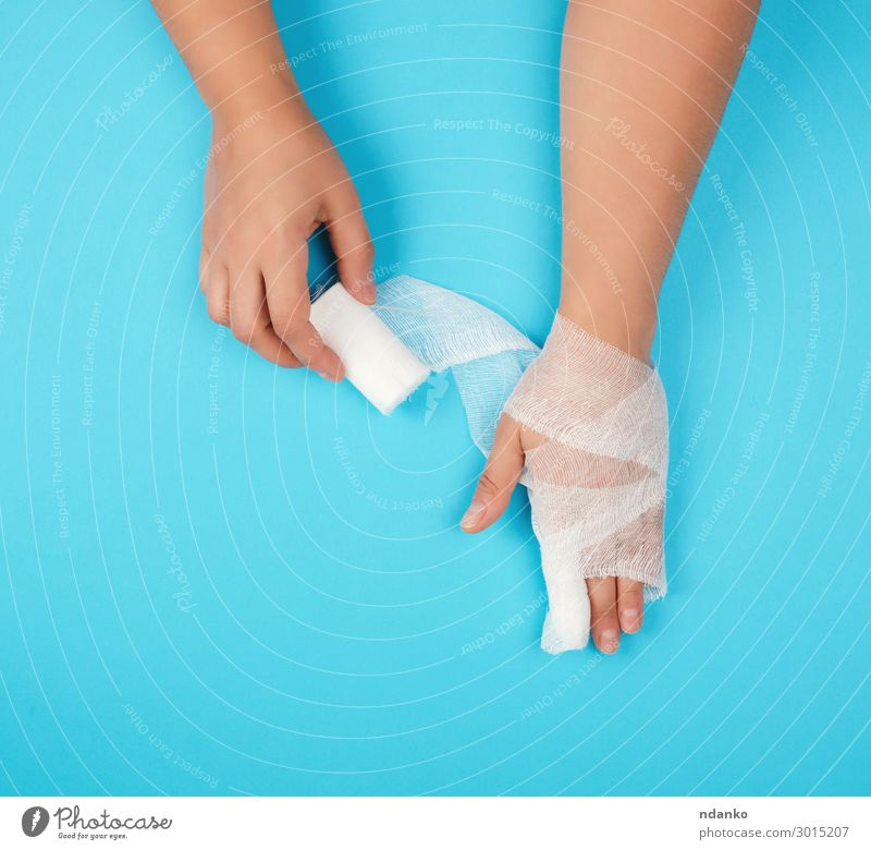 Arm eingewickelt in eine weiße sterile Bandage Körper Gesundheitswesen Behandlung Krankheit Medikament Mensch Frau Erwachsene Arme Hand Finger festhalten
