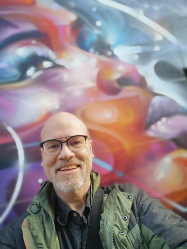 Smile Lifestyle Freude Ferien & Urlaub & Reisen Ausflug Städtereise Mensch maskulin Senior Kopf 1 45-60 Jahre Erwachsene Stadt Mauer Wand Jacke Bart lachen