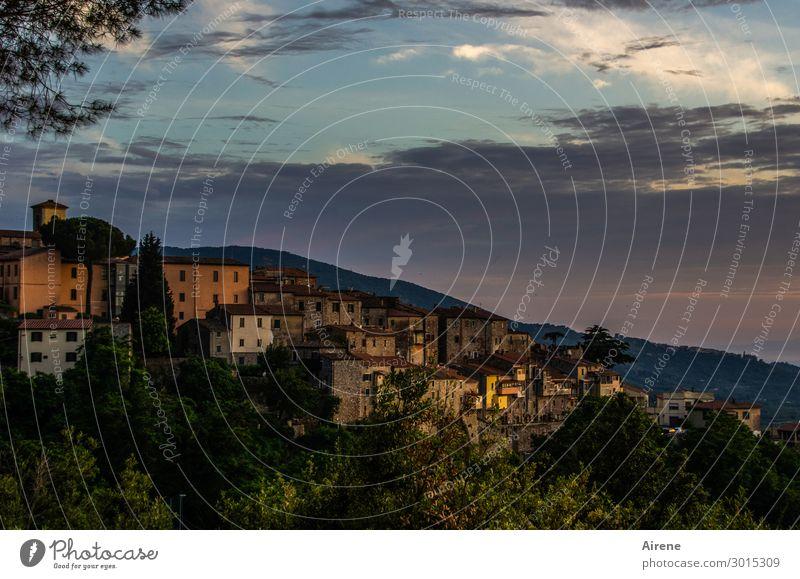 langsam findet der Tag sein Ende... Wolken Nachthimmel Hügel Toskana Dorf Kleinstadt Altstadt Haus Fassade schlafen alt dunkel kuschlig blau grün orange