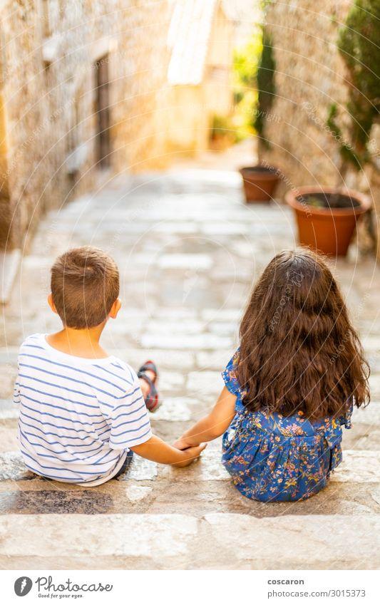 Zwei kleine Kinder, die an einem Sommertag ihre Hände halten. Lifestyle Freude Glück schön Sinnesorgane Ferien & Urlaub & Reisen Sommerurlaub Mensch Kleinkind