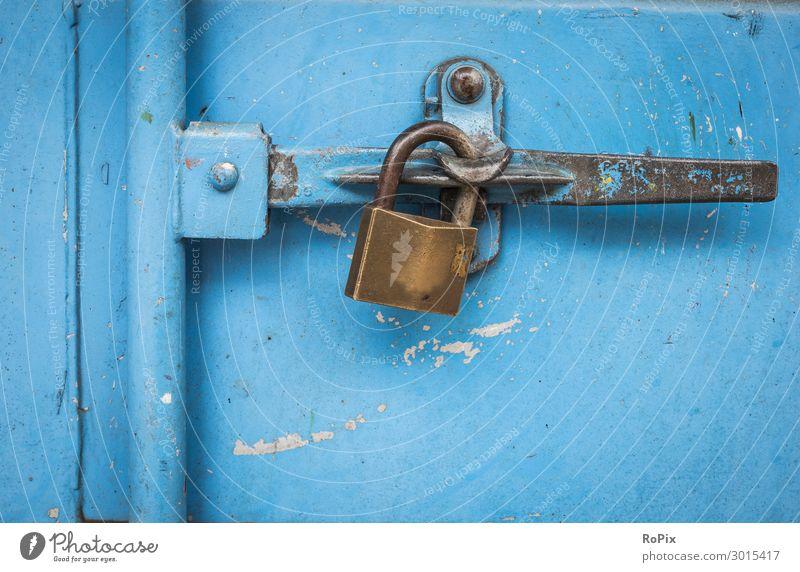 Vorhängeschloss an einem blauen Behälter. Design Arbeit & Erwerbstätigkeit Arbeitsplatz Wirtschaft Industrie Handel Güterverkehr & Logistik Handwerk Unternehmen