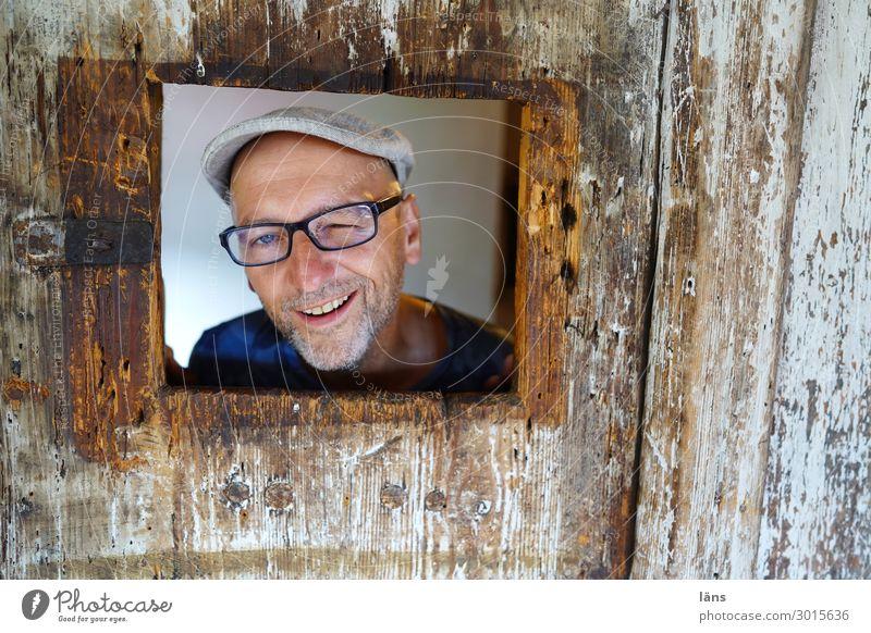 Mann - Porträt im Rahmen l Mensch Freude Leben Wand natürlich Glück Mauer Zufriedenheit maskulin Lächeln Fröhlichkeit Lebensfreude beobachten Brille