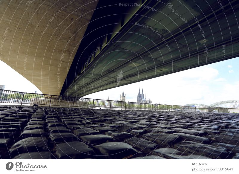 Bridge over trobled water Stadt Kirche Dom Brücke Straße Wege & Pfade Köln Kölner Dom Deutzer Brücke Kopfsteinpflaster Beton Bauwerk Architektur Perspektive