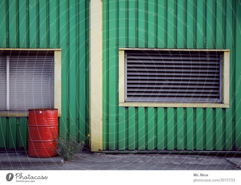 FASSade Gebäude Fenster grün rot Fass Fassade Fassadenverkleidung Industrie Industriegelände Arbeitsplatz Handwerk Baustelle Kunststoff Linie Unkraut Pflanze