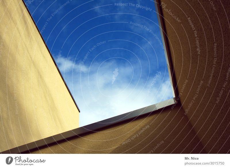 Himmelhof Wolken Schönes Wetter Haus Hochhaus Bauwerk Gebäude Architektur Mauer Wand Fassade blau gelb Innenhof Oberlicht luftig Lichteinfall himmelwärts
