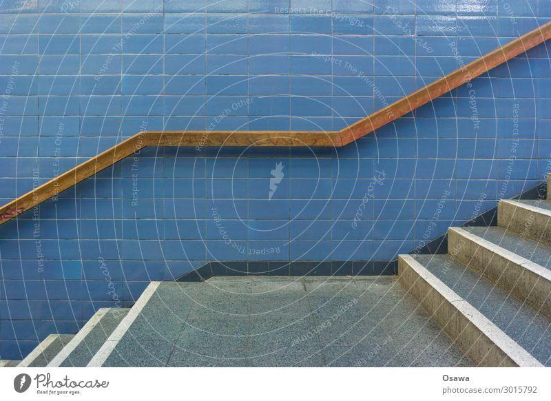 Treppenpodest mit Holzhandlauf und gefliester Wand Bauwerk Gebäude erschließen Geländer Treppengeländer Fliesen u. Kacheln Stein Architektur abwärts aufwärts