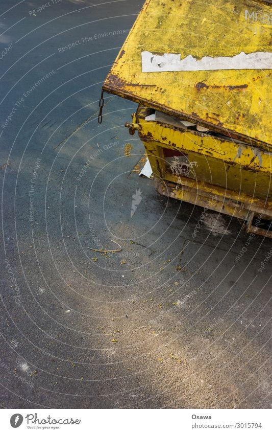 Container Müllbehälter Bauschutt alt dreckig Rost gelb Verschlussdeckel Asphalt Detailaufnahme entsorgen Textfreiraum oben Textfreiraum Mitte Textfreiraum unten