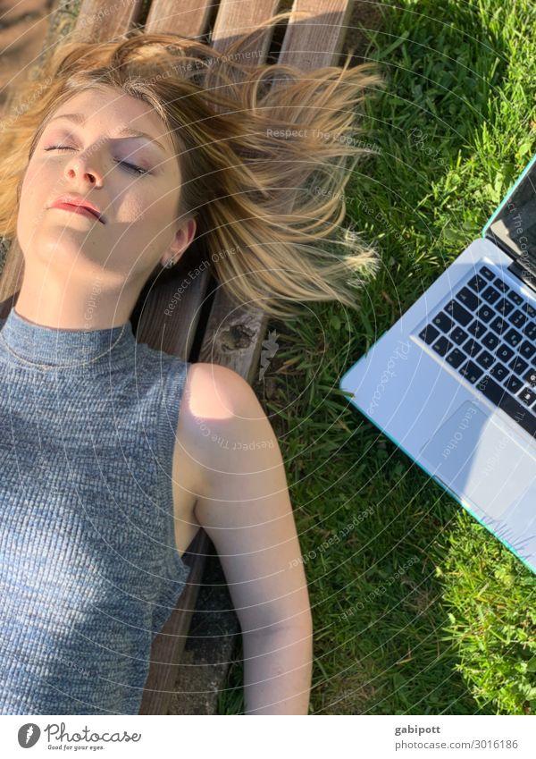 Homeoffice | junge Frau mit Laptop liegt auf einer Bank Lifestyle Wohlgefühl Erholung Meditation Sommer Sonnenbad Wohnung Mensch feminin Junge Frau Jugendliche