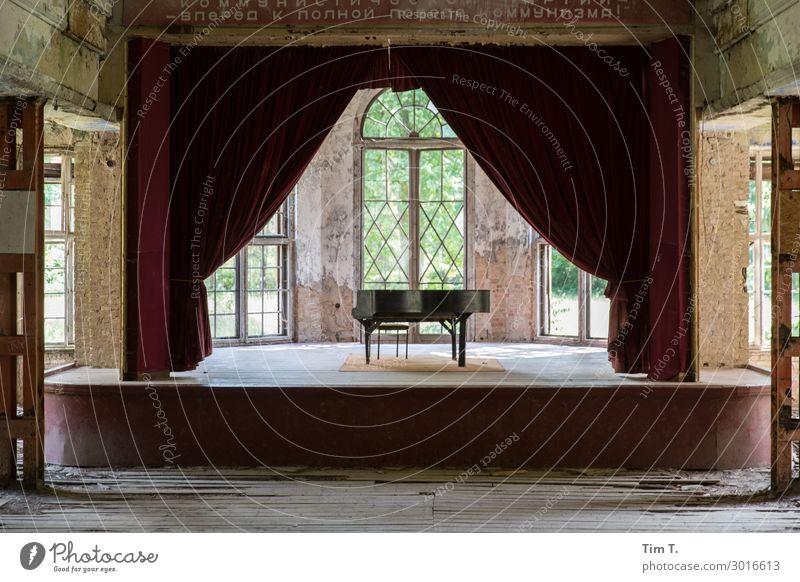 Bühne Menschenleer Haus Ruine Bauwerk Gebäude Architektur Fenster Tür Kunst stagnierend Stimmung Flügel Klavier Vorhang Farbfoto Innenaufnahme Textfreiraum oben
