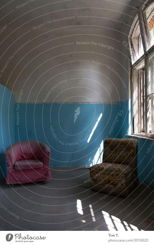 Warteraum Haus Ruine Bauwerk Gebäude Mauer Wand Fenster Wandel & Veränderung Häusliches Leben Sessel Raum Farbfoto Innenaufnahme Menschenleer Textfreiraum oben