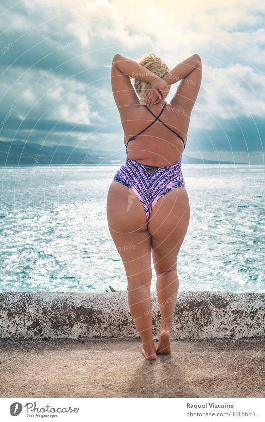 kurvenreiches Modell mit Badeanzug Lifestyle exotisch Körper Wellness Ferien & Urlaub & Reisen Sommer Sommerurlaub Sonne Strand Meer Frau Erwachsene 1 Mensch