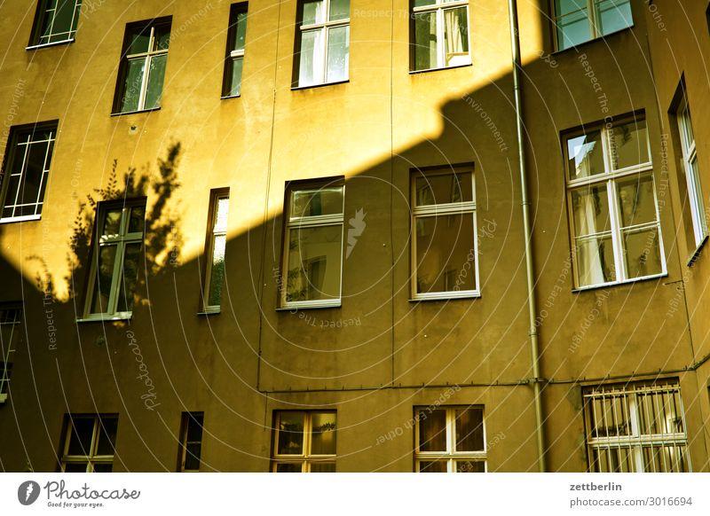 Hinterhaus Stadt Sonne Haus Fenster Wand Berlin Textfreiraum Mauer Fassade Häusliches Leben Wetter Wohnhaus Stadtzentrum Gasse Hinterhof hinten