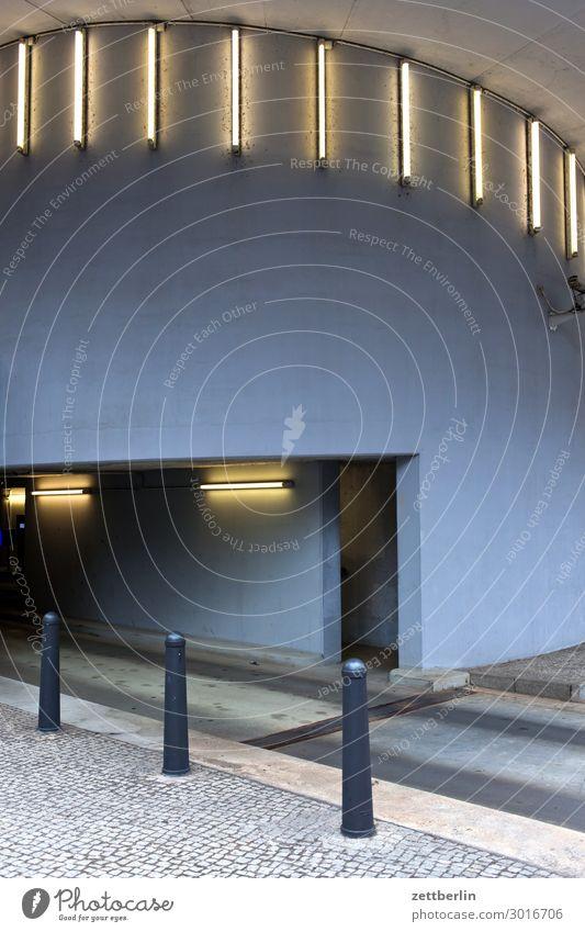 Tiefgarage Parkplatz Abend parken Beleuchtung Dämmerung Eingang Lampe Licht Neonlicht Parkhaus Zugang Garage Menschenleer Textfreiraum