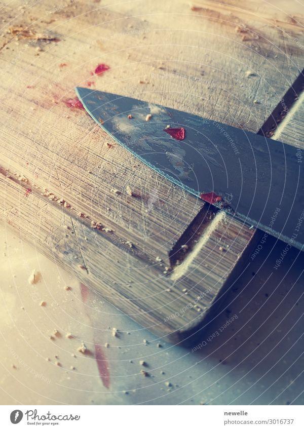 Klingenmesser auf einem schmutzigen Holzbrett liegend. Messer gebeizt. Tisch Küche Restaurant Werkzeug Metall Stahl alt dreckig braun Holzplatte Hintergrund
