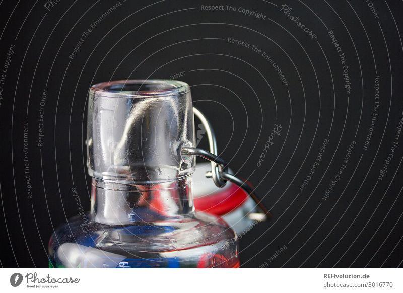 Öffnung einer Glasflasche ökologisch nachhaltig trinken Reflexion & Spiegelung Wasserflasche Getränk schwarz Hintergrund neutral Bügelverschluss einfach