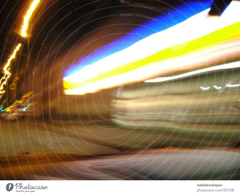 Aldi Ladengeschäft Supermarkt dunkel Streifen Licht Langzeitbelichtung Lidl Discount Discounter hell blau orange