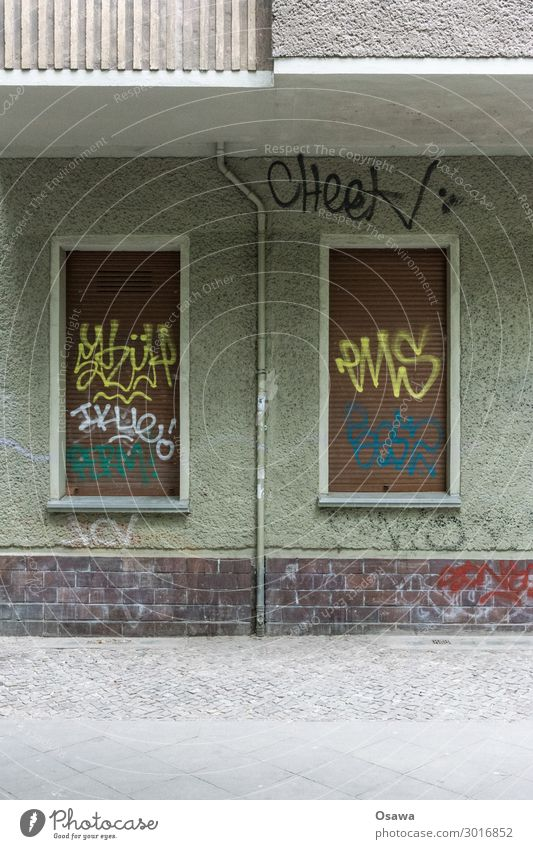Berliner Altbau Haus Gebäude Fenster Jalousie Wohnhaus Erdgeschoss Straße Kopfsteinpflaster Sockel Rauputz Fassade Röhren Fallrohr Balkon Graffiti Schmiererei