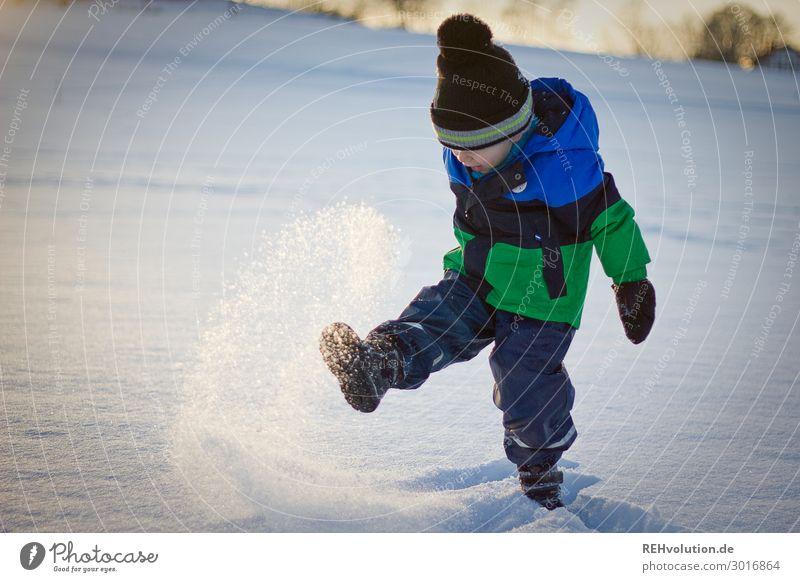 Kind spielt im Schnee Mensch Natur blau weiß Freude Winter Umwelt natürlich Bewegung Glück Junge Spielen Zufriedenheit Freizeit & Hobby