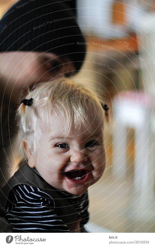 Kleinkind, lacht und macht dabei eine Grimasse. Mensch feminin Kind Mädchen Kindheit Gesicht lachen Gefühle Freude Glück Fröhlichkeit Zufriedenheit Lebensfreude
